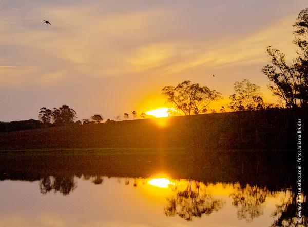 lago-ao-cair-da-tarde